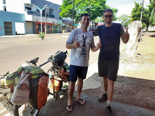 Homem que percorre o mundo de bicicleta passa por Roncador