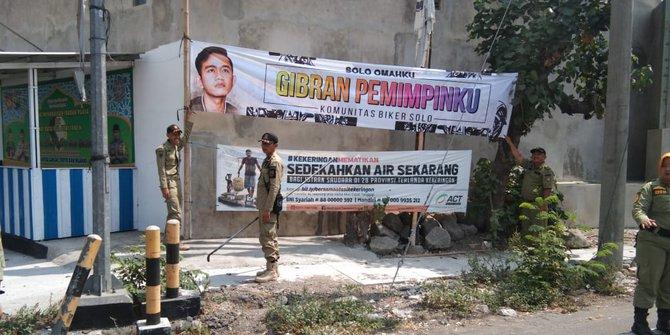 Satpol PP Kota Solo Copot Belasan Spanduk Gibran Putera Jokowi Karena Tak Kantongi Izin