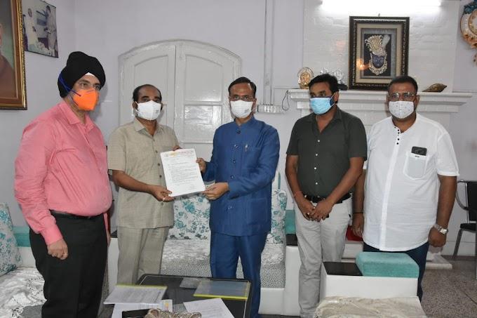 उप्र आदर्श व्यापार मंडल ने डिप्टी सीएम डॉ. दिनेश शर्मा को सौंपा ज्ञापन