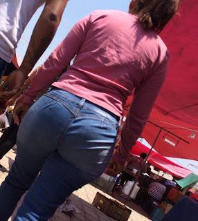 Señora caderona en el mercado con pantalon apretado