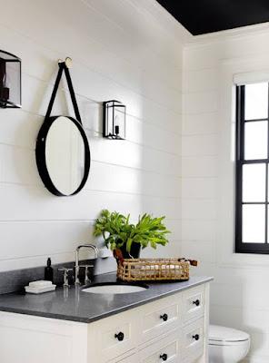 Đặt gương hình bầu dục có viền đen để tạo năng lượng tích cực cho phòng tắm