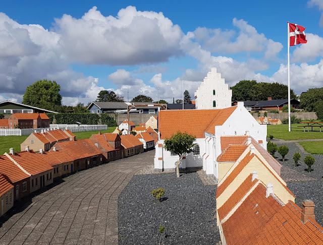Unsere 11 besten Ausflugstipps für die Ostseeküste Nordjütlands. Das Miniby Saeby ist eine liebevoll nachgebaute Miniaturstadt und ein tolles Ausflugsziel für Klein und Groß an der Ostsee in Norddänemark..