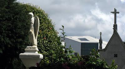 esculturas de túmulos de cemitério e parte do edifício da casa da Música no Porto