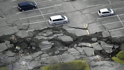 Sebuah jalan hancur usai terkena guncangan gempa bumi yang melanda kota Minamiaso di Prefektur Kumamoto, Jepang Selatan