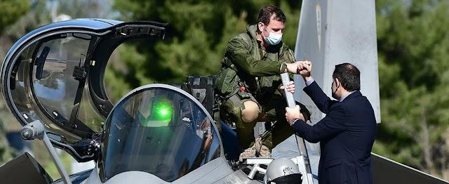 Όταν ο υπουργός Άμυνας συνάντησε τον Γάλλο πιλότο του Rafale