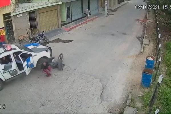 Vídeo: bandidos tentam fugir de moto, mas batem contra viatura da PM
