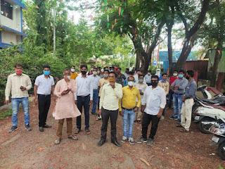 बापू की प्रतिमा पर माल्यार्पण कर मीटर रीडरों ने शुरू की हड़ताल, कामगार कांग्रेस ने दिया समर्थन