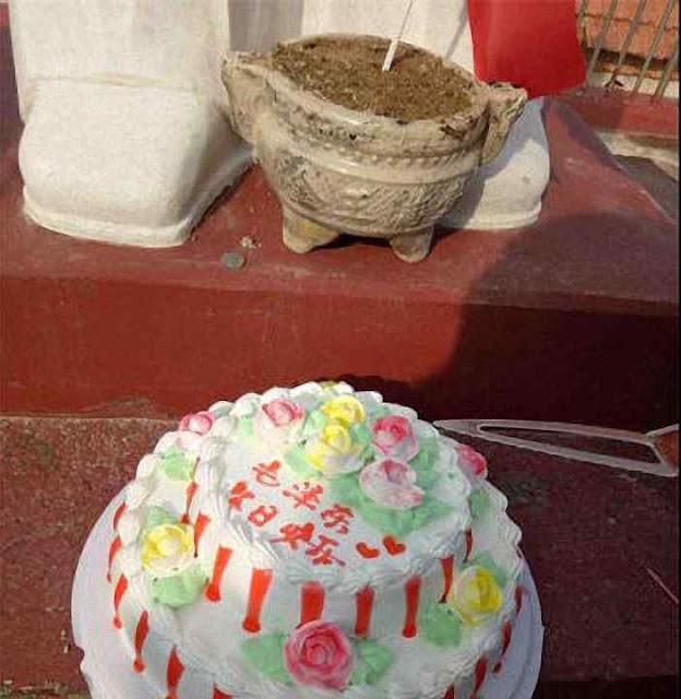 No Natal bolo de aniversário oferecido à estátua de Mao Tsé Tung, em Pingyi. Não é macumba! é o materialismo marxista!