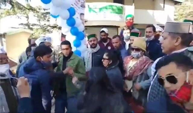 ऐसी ओपनिंग: कार्यालय उदघाटन से पहले 'आप' कार्यकर्ता भिड़े, मॉल रोड पर टहलते रहे केजरीवाल के मंत्री