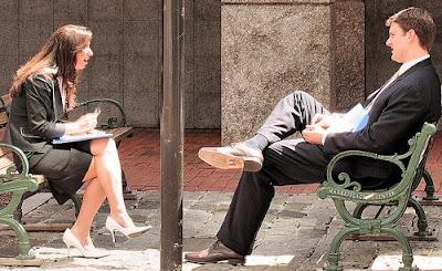 foto bicara dengan orang asing