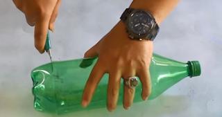 potong bagian atas botol
