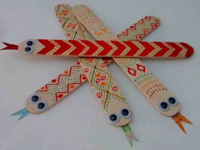 Marcapáginas de madera con dibujo de serpiente