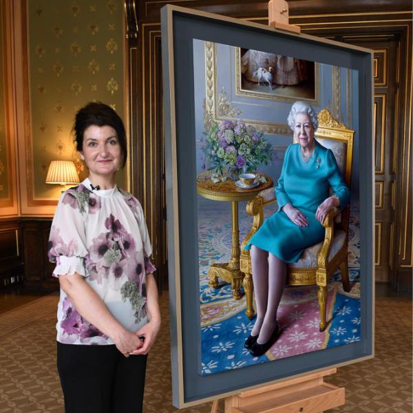 Miriam Escofet with her portrait of the Queen