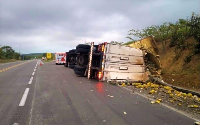 Carreta tomba, carona morre e condutor fica ferido na rodovia BR-116