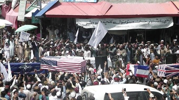 A tálibok amerikai, brit, francia és NATO-zászlóval letakart koporsóval ünnepelnek - Videó
