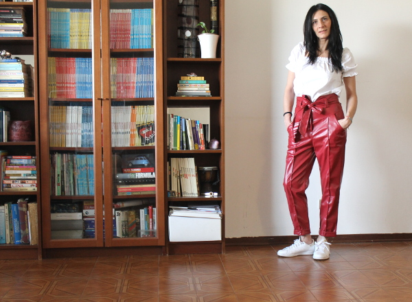 shein spring collection, iorestoacasa, outfit in quarantena, pantaloni in pelle, pantaloni rossi, stay at home, home look, home outfit, paola buonacara, themorasmoothie