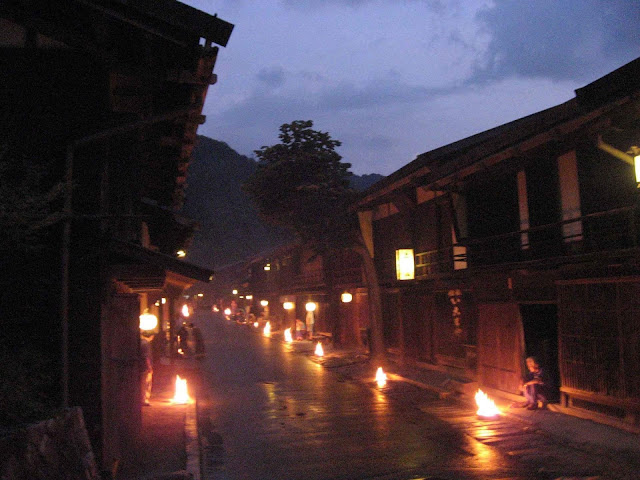 Trong lễ hội Hatchigatsu Bon tổ chức ở Kyoto, 5 chữ Đại, Diệu, Pháp, Thuyền và chữ Đại nhỏ lần lượt được thắp sáng bằng lửa trên 5 ngọn núi xung quanh Kyoto tạo nên một khung cảnh thiêng liêng, ấm áp và hùng vĩ. Người Nhật Bản tin rằng ánh sáng ấy sẽ dẫn lối cho các linh hồn quay về trời một cách thanh bình và an lạc.