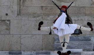 Οι γίγαντες με τις φουστανέλες: Το Associated Press στα άδυτα της προεδρικής φρουράς