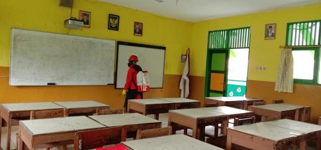 Penyemprotan Desinfektan di SMAN 110 oleh Relawan ACT