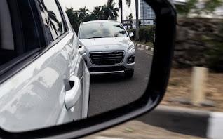 Cara Menyalip Mobil yang Benar