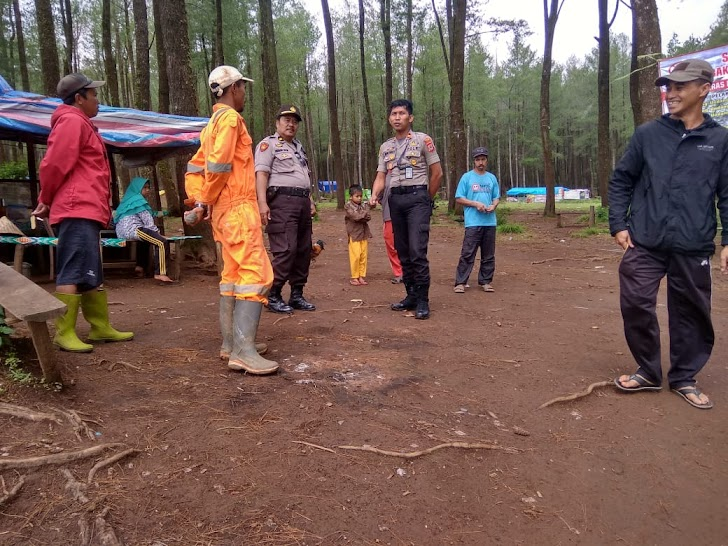 Pantau Langsung Hutang Pinus Lembana,  Ini Di Lakukan Kapolsek Tinggimoncong Gowa