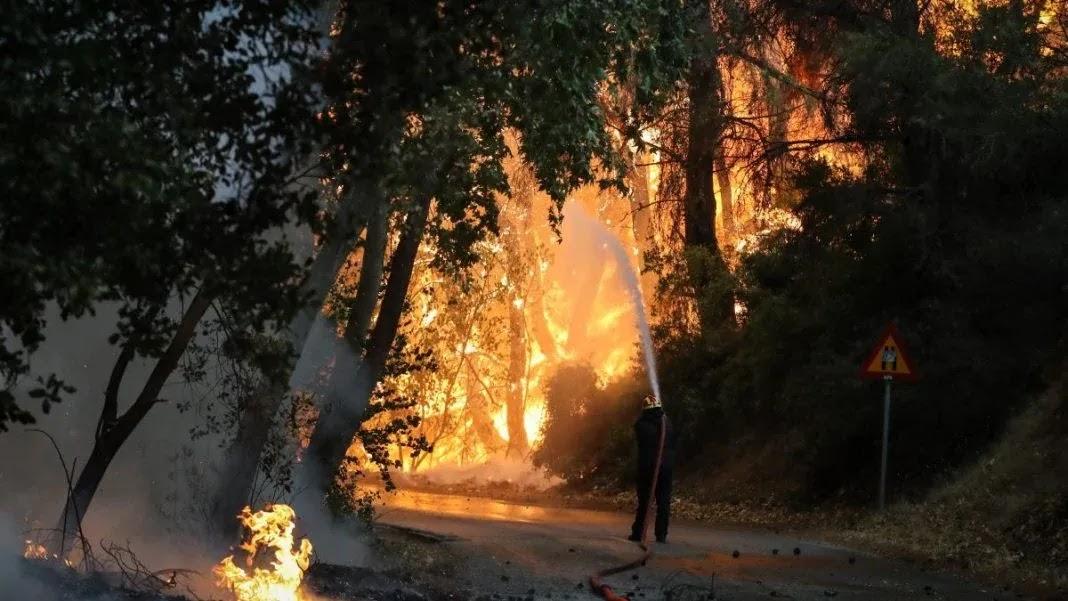 Nέος συναγερμός στις Αδάμες! Μεγάλες αναζωπυρώσεις – Ξανά στις αυλές των σπιτιών οι φλόγες (video)