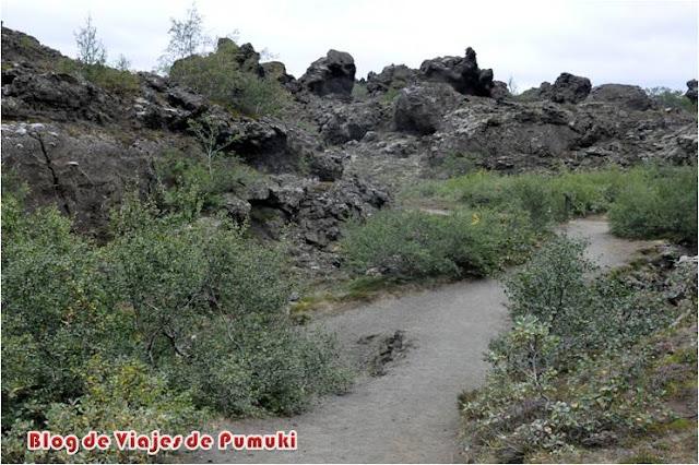 Formaciones geológicas de lava volcánica en Dimmuborgir, Islandia