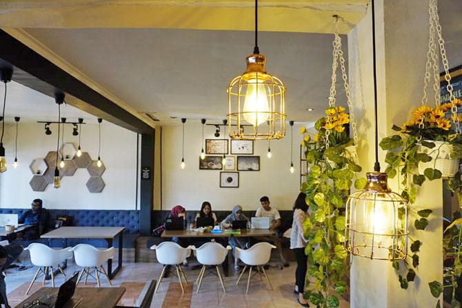 Lampu-lampu bergelantungan di Homi Coffee