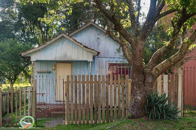 Casa de madeira pintada de azul
