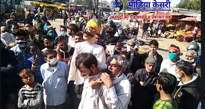 FarmersProtest Updates-किसान ट्रैक्टर यात्रा- जयपुर में 'पारले बिस्कुट' की लगी बोली, किसान कठपुतली को देखने उमड़े लोग