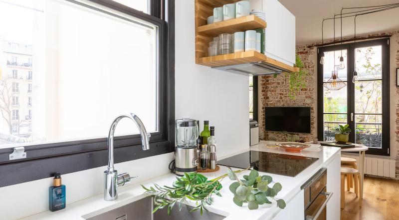 Pequeña cocina con muebles lacados a medida.