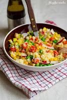 (Sałatka z kuskusem i warzywami