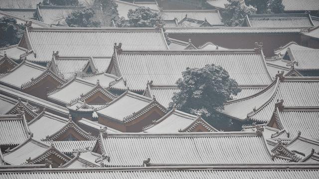 Cố Cung là loại quần thể cổ bằng gỗ lớn nhất thế giới và được UNESCO công nhận là Di sản vào năm 1987. Nơi đầy kiêu hãnh, bí ẩn nay bao phủ trong lớp màu trắng xóa càng trở nên hùng vĩ và huyền ảo hơn. Nhiều người ví Cố Cung như tòa thành được làm bằng tuyết trắng tuyệt đẹp trong mùa đông.