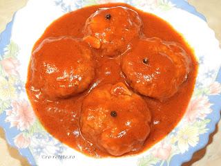 Chiftelute marinate reteta de casa traditionala cu carne tocata de porc in sos tomat de rosii si bulion retete culinare mancare chiftele parjoale,
