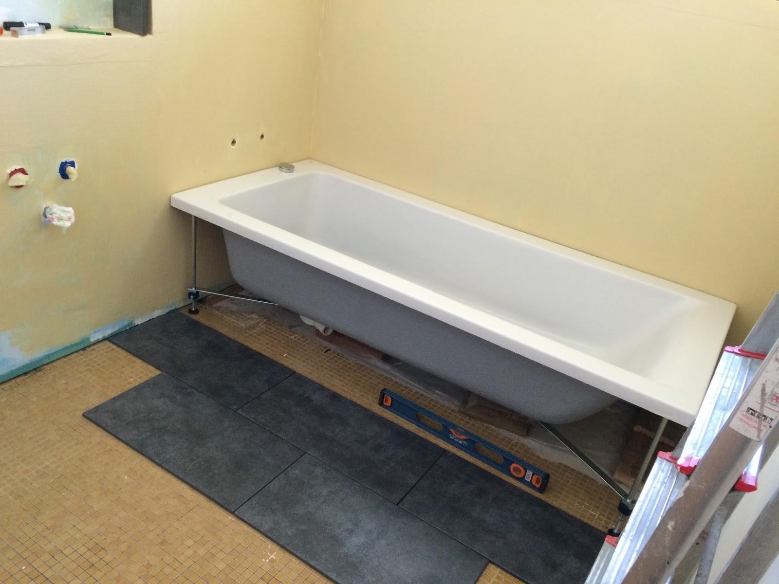 Travaux domicile pose de la baignoire for Carrelage baignoire