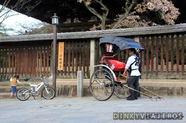 Rickshaw a los pies de la pagoda Yakasa en Higashiyama