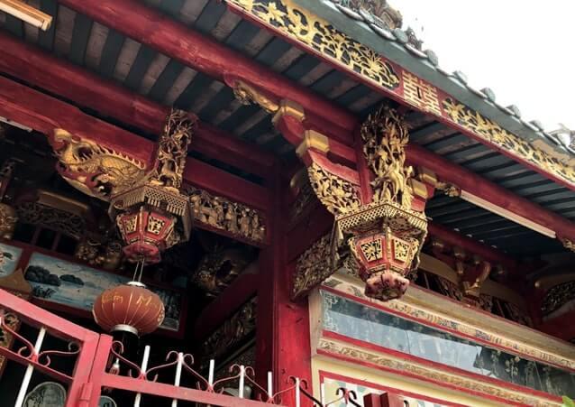 Mái trước thiếp vàng tại Chùa Kiến An Cung