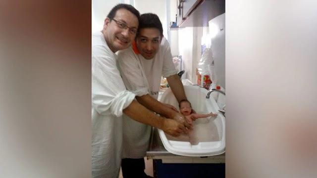 COPPIA GAY ADOTTA UNA BAMBINA CON HIV RIFIUTATA DA 10 FAMIGLIE ETEROSESSUALI