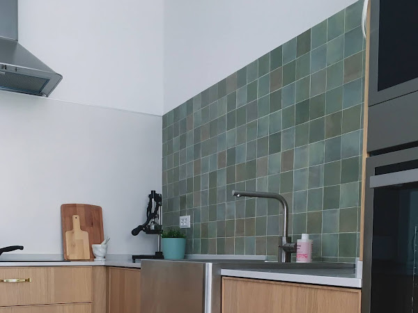 A kitchen remodel in Lucca: wood, brass and zellige tiles