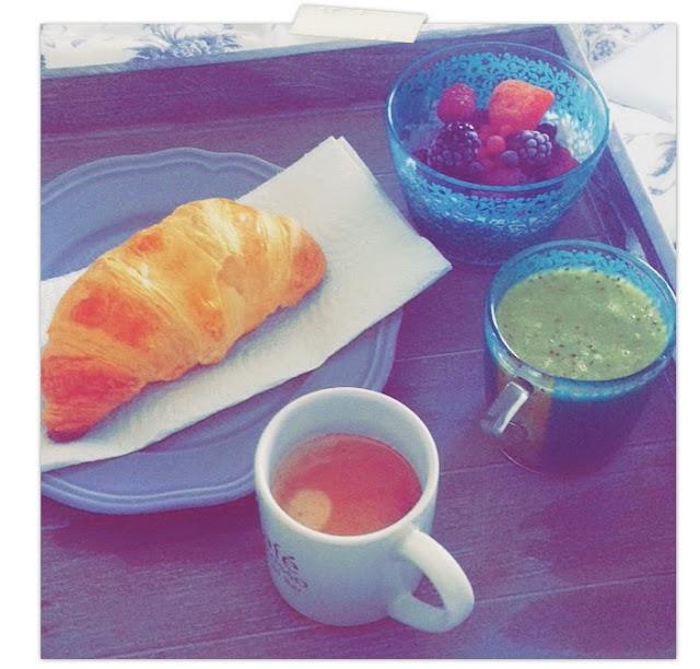 Petit déjeuner rééquilibrage alimentaire  café croissant fruit