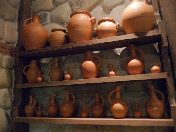 Шабо. Центр культуры вина. Музей. Выставка глиняных сосудов для вина