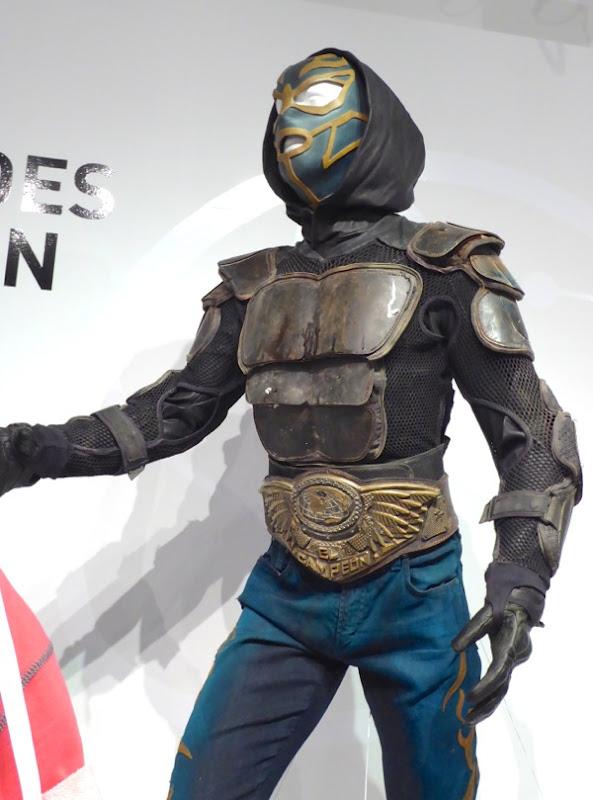 El Vengador Heroes Reborn costume