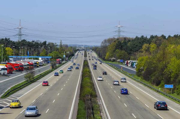 Larangan Apa Saja Yang Tidak Diperbolehan Saat Berkendara di Jalan Tol