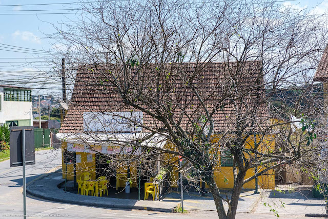Um bar em uma casa antiga na Rua Flávio Dallegrave