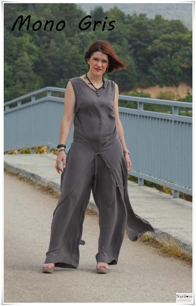 Mono gris de tirante ancho, escote en pico, pata ancha de punto, una prenda muy estilosa