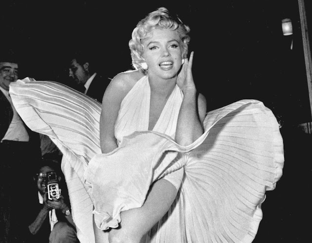 صورة مارلين مونرو في أحد أفلامها بفستانها الأبيض الأسطوري
