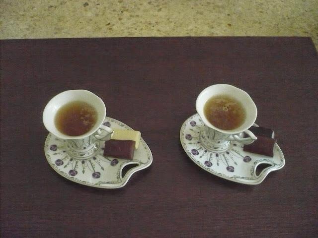 cioccolato Loacker servito col tè