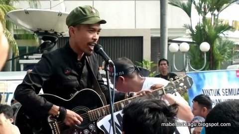 "Lirik Chord Kunci Gitar Lagu Iksan Skuter ""Kukira Jakarta"""