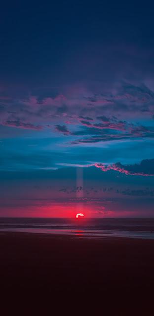 Hoàng hôn màu đỏ rực rỡ trên bờ biển