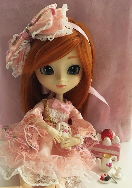 Boneca Pullip usando vestido com inspiração Lolita